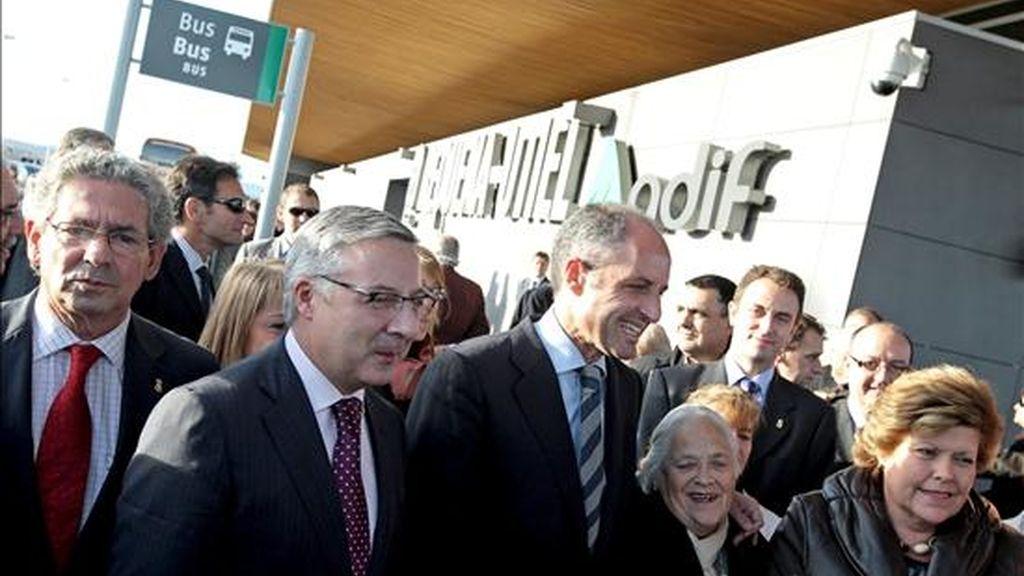 El ministro de Fomento, José Blanco (2i), junto al president de la Generalitat, Francisco Camps (c), entre otras autoridades, durante su visita a la estación de alta velocidad de Requena-Utiel. EFE