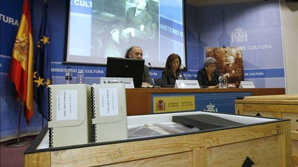 El director general del Libro, Rogelio Blanco (i), junto al subsecretaria de Cultura, Dolores Carrión (c), y Angela Giral, durante el acto en el que los herederos del que fuera presidente de la II República José Giral entregan el archivo personal de este político al Ministerio de Cultura. EFE