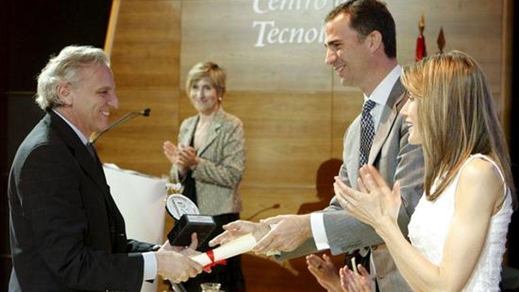 """Los Príncipes de Asturias entregan al presidente de la Agencia EFE, Alex Grijelmo, en la categoría de comunicación, el galardón que le acredita al medio como nuevo embajador honorario de la """"Marca España"""", en un acto celebrado hoy en la localidad madrileña de Móstoles. EFE"""