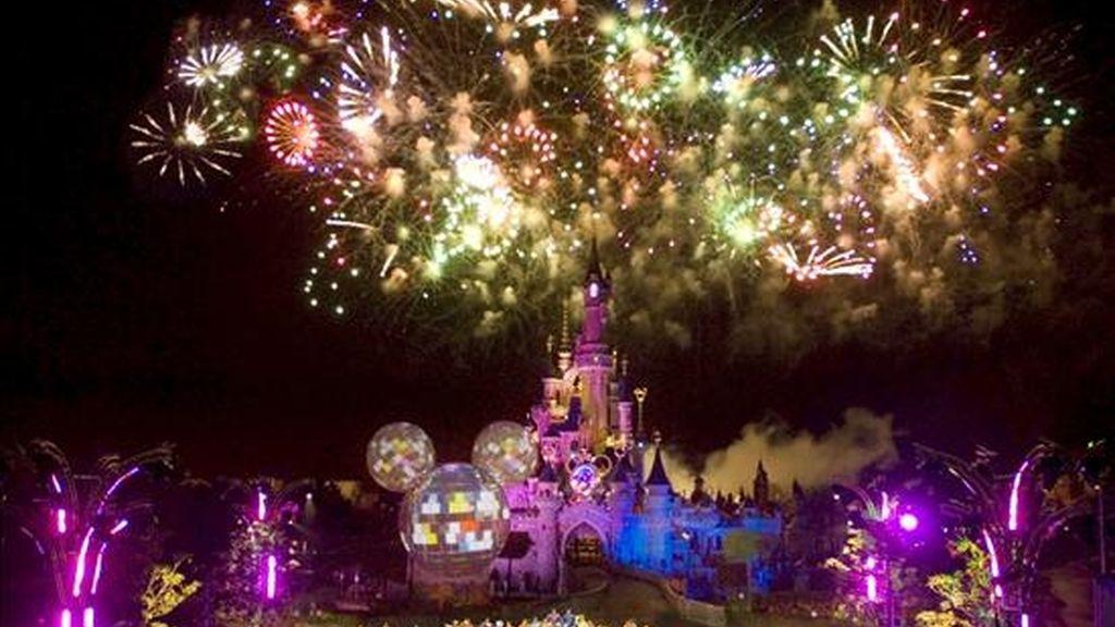 """El Universo Disney se prepara para celebrar a Mickey, su personaje fundador y el """"ratón más querido del mundo"""", según los responsables del Parque europeo de atracciones donde todo está ya, casi listo, para una fiesta que se prolongará durante todo un año a partir del próximo 4 de abril. En la imagen, momento de la inauguración del año Mickey en Disneylandland Resort París. EFE"""