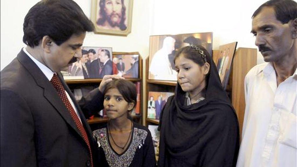 El marido de la cristiana paquistaní Asia Bibi, acusada de haber insultado a Mahoma, Ashiq Masih, (d), y sus hjijas Sidra Bibi, y Isham Bibi, se reúnen con Shahbaz Bhatti, el ministro paquistaní para las minorías, en Islamabad, Pakistán, el 20 de noviembre de 2010. EFE/Archivo