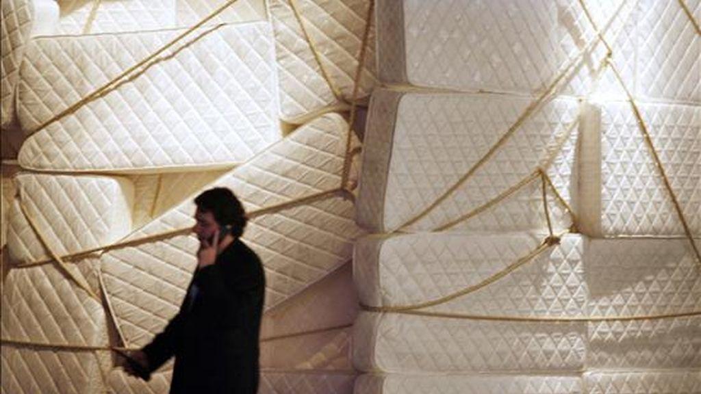 """Un galerista pasa frente a la """"Galería blanca"""" una obra realizada con colchones por la artista argentina Marta Minujin, antes de la apertura al público de ArteBA, la feria de las galerías de arte de Buenos Aires. EFE/Archivo"""