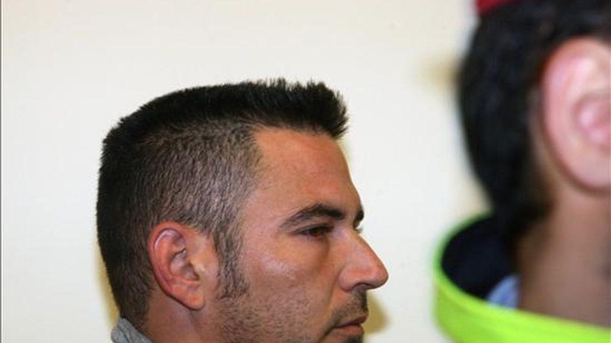 La policía autonómica ( Mossos d' Esquadra ) conducen a juicio esta mañana a Aurelio P.J., acusado de asfixiar hasta la muerte a su pareja, en octubre de 2009, en el domicilio que ambos compartían en Reus (Tarragona), y a quien el fiscal pide 15 años de cárcel. EFE/Archivo