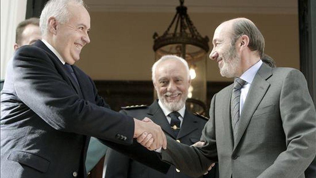 El empresario y productor de televisión, José Luis Moreno (i); estrecha la mano al ministro del Interior, Alfredo Pérez Rubalcaba (d); en un momento del encuentro que mantuvieron en la sede del Ministerio,  tras la caída de la banda que asaltó su chalet en diciembre de 2007, causándole graves heridas. EFE/Archivo