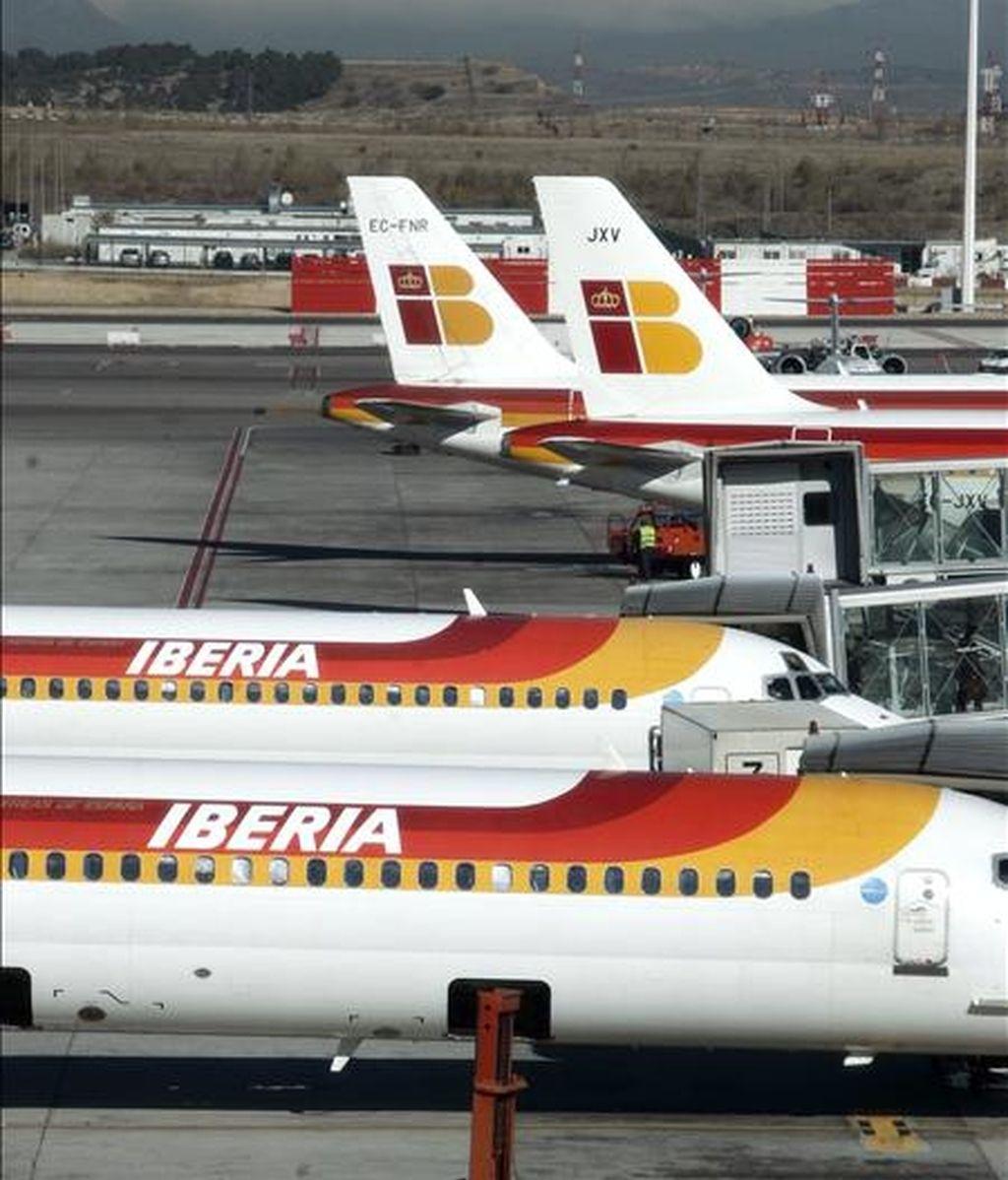 El consejo de administración de la aerolínea española Iberia decidió hoy renunciar a su derecho a rescindir el contrato de fusión con British Airways si no quedaba satisfecha con el acuerdo alcanzado entre la empresa británica y los administradores de los fondos de pensiones de sus empleados. EFE/Archivo