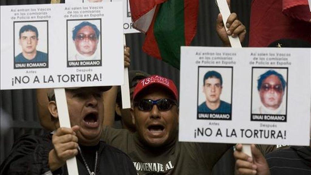 Asistentes a una manifestación ante la sede de la Fiscalía en Caracas el pasado día 3 en solidaridad con el etarra deportado Arturo Cubillas, reclamado por la justicia española por presuntos nexos con ETA y las FARC. EFE