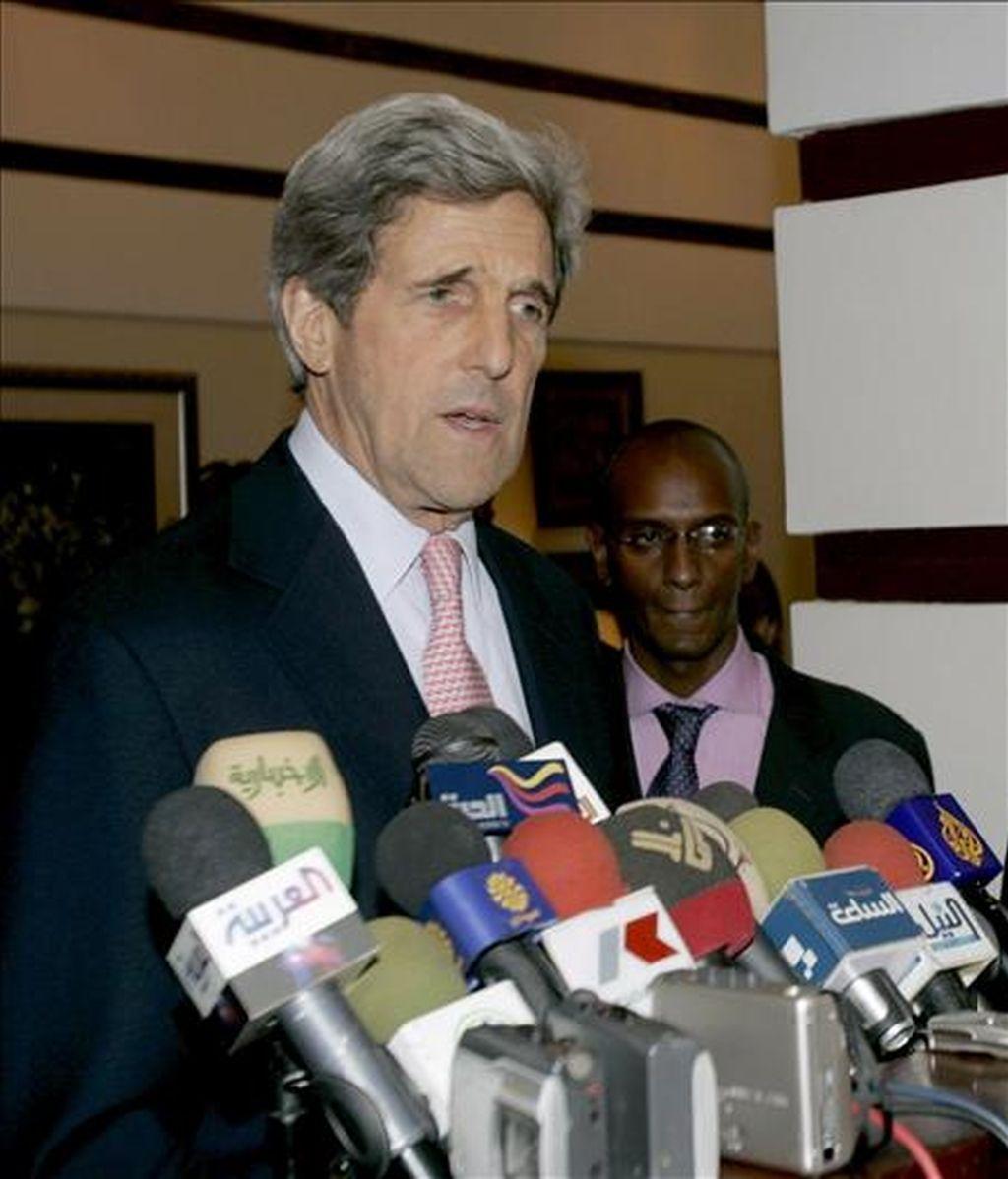 El presidente del Comité de Relaciones Exteriores del Senado de EE.UU., John Kerry, tras aterrizar en Jartum. EFE