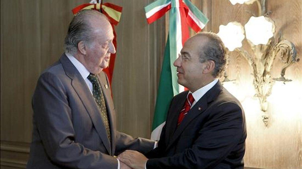 El Rey Juan Carlos I (i) saluda al presidente de Mexico, Felipe Calderón, al inicio del almuerzo que han mantenido hoy durante la XX Cumbre Iberoamericana de Jefes de Estados y de Gobierno. EFE
