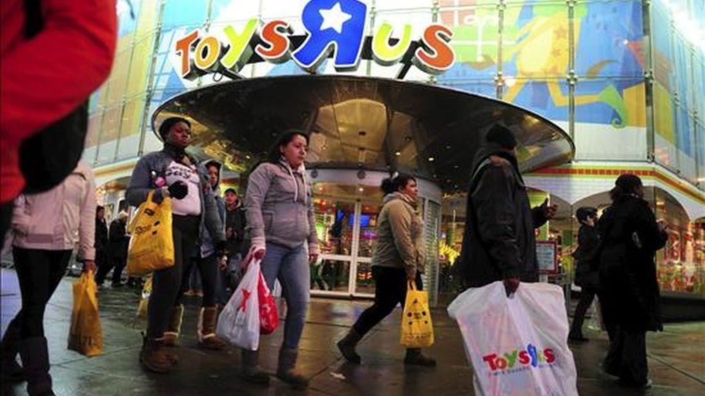 Varias personas caminan en Nueva York, durante las compras un día después del día de Acción de Gracias, la fiesta estadounidense por excelencia, con la que recuerdan las dificultades que pasaron los primeros colonos y en las que no pueden faltar ni el pavo y ni el fútbol americano. EFE