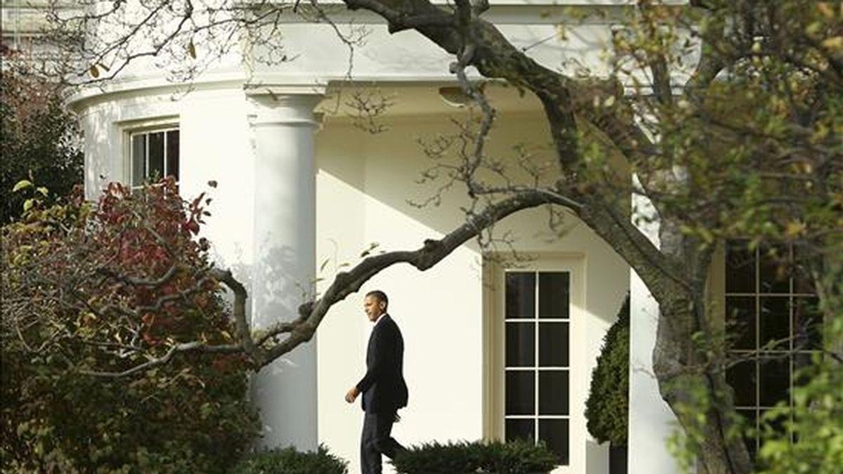 """El presidente de los Estados Unidos, Barack Obama, abandona el ala Sur de la Casa Blanca, en Washington (EE.UU). Obama, de visita oficial en el estado de Indiana, se encuentra """"indignado"""" por el ataque, que causó dos bajas militares a Corea del Sur . EFE"""
