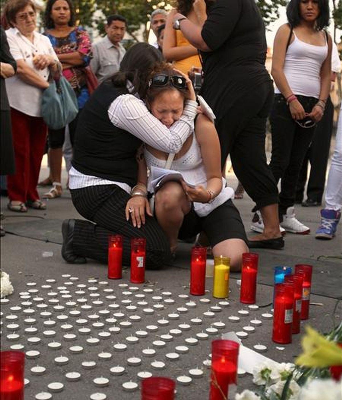 Una mujer llora durante una concentración convocada por el consulado ecuatoriano, bajo el Arc del Triomf de la capital catalana en memoria de los doce fallecidos. EFE/Archivo