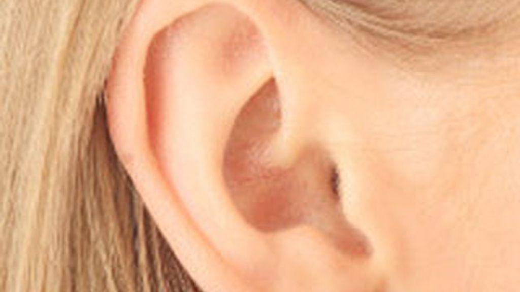 Un estudio de científicos italianos ha revelado que el escuchar con uno u otro oído condiciona la reacción de las personas.