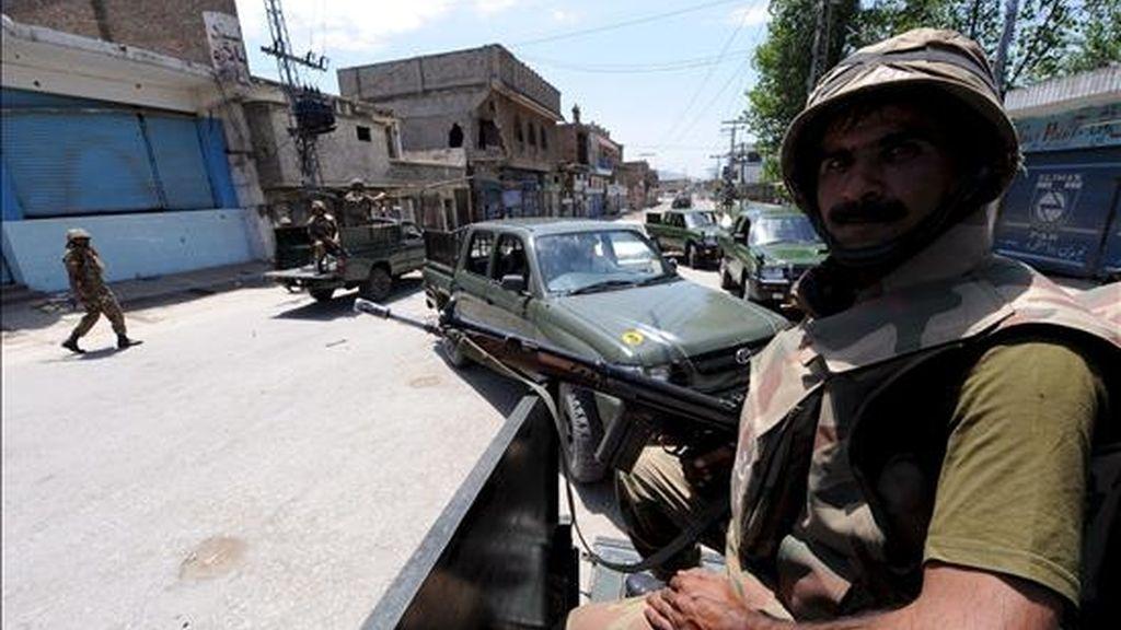 Tropas paquistaníes patrullan por una calle de Mingora, la principal ciudad del valle de Swat. EFE/Archivo