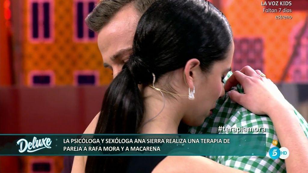 Macarena se derrumba en los brazos de Rafa Mora después de que él se negara a bailar