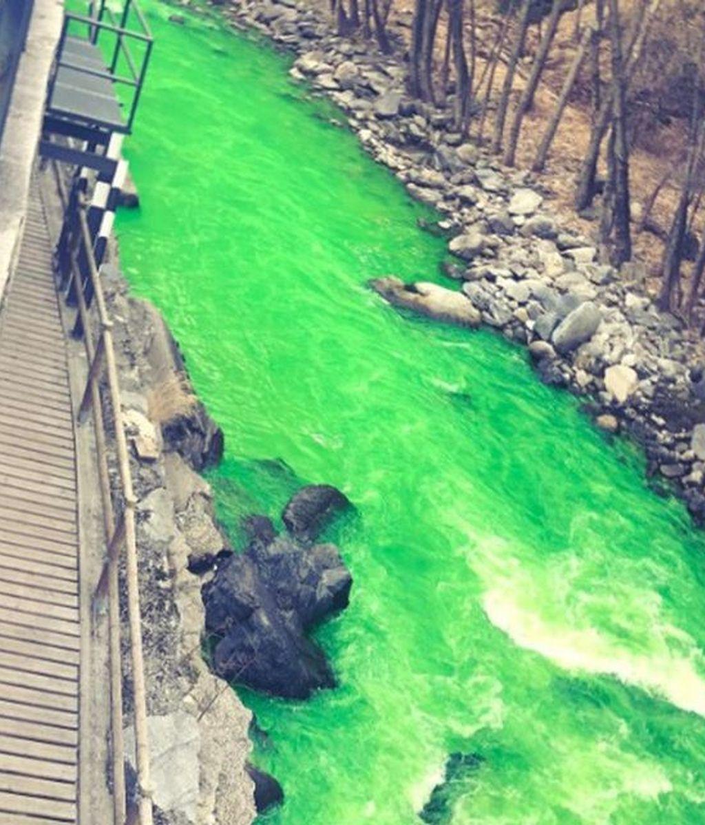 El río Valira se tiñe de verde