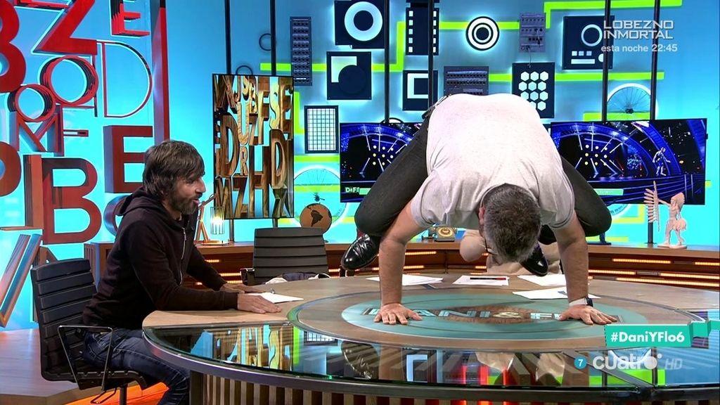 OMG: ¡Flo hace el 'pino sapo' sobre la mesa para impresionar a Santi Millán!