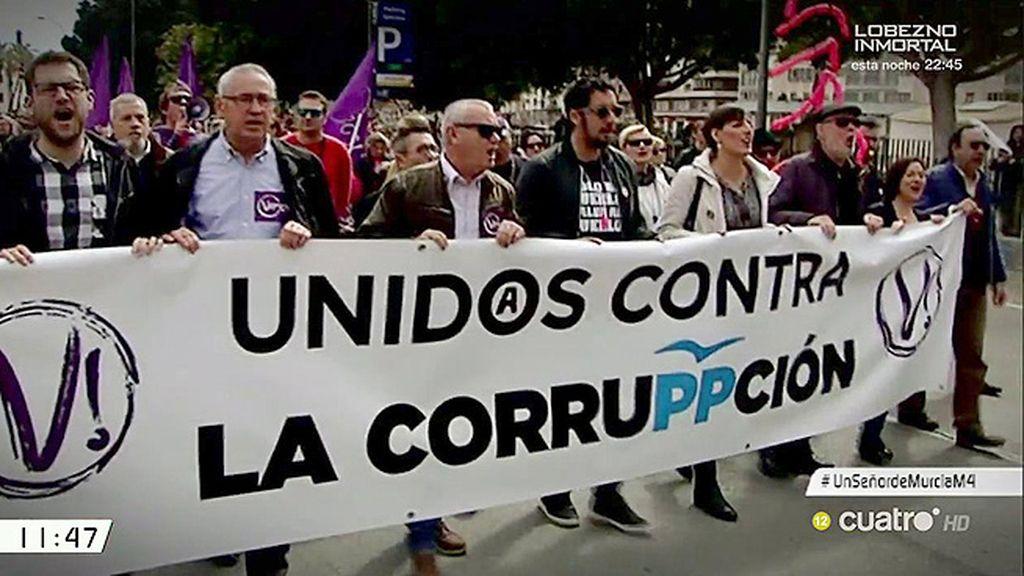 Miles de murcianos protestan en la calle contra la corrupción