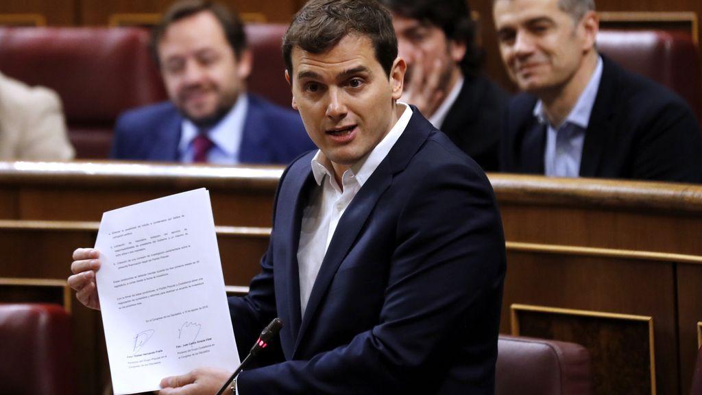 Albert Rivera, llíder de Ciudadanos, enseña el pacto firmado con el PP