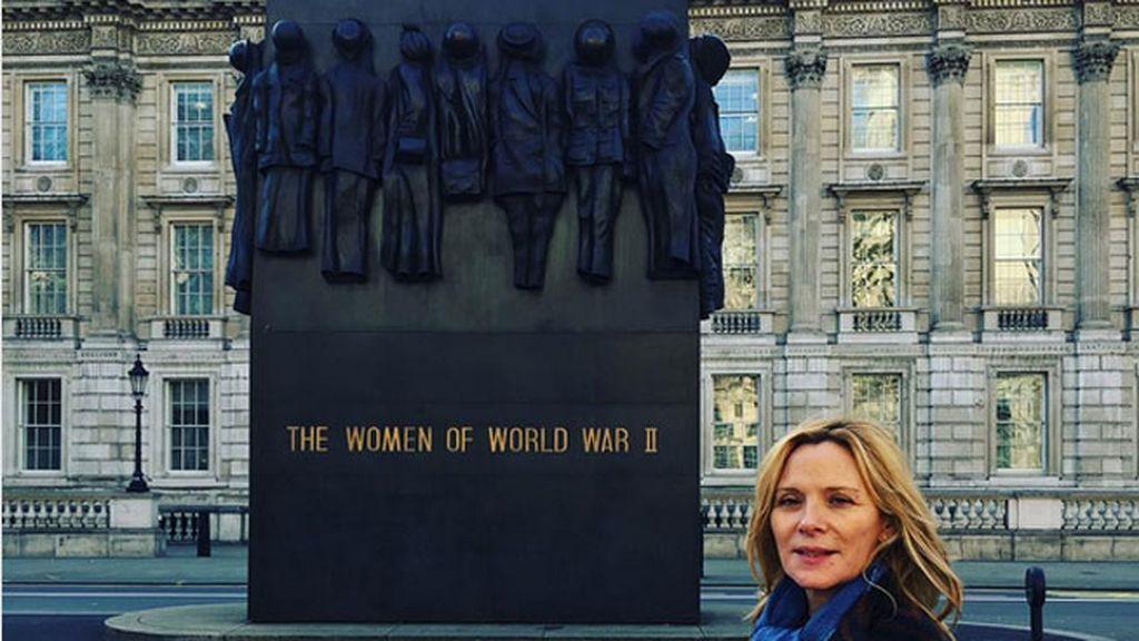 Kim Catrall lo celebra junto al Monumento a las Mujeres de la Segunda Guerra Mundial