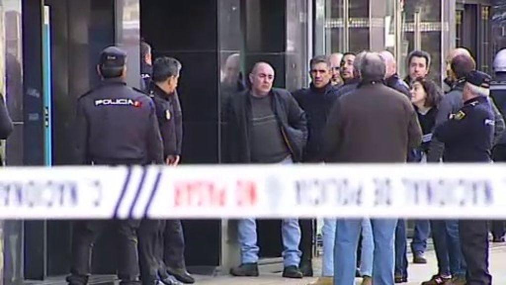Nueve rehenes y petición de agua y heroína: atraco en un banco de Gijón