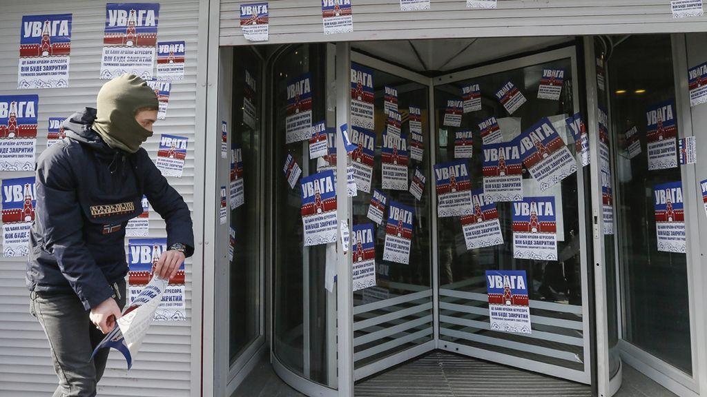 Protesta en Ucrania contra bancos asociados a Rusia