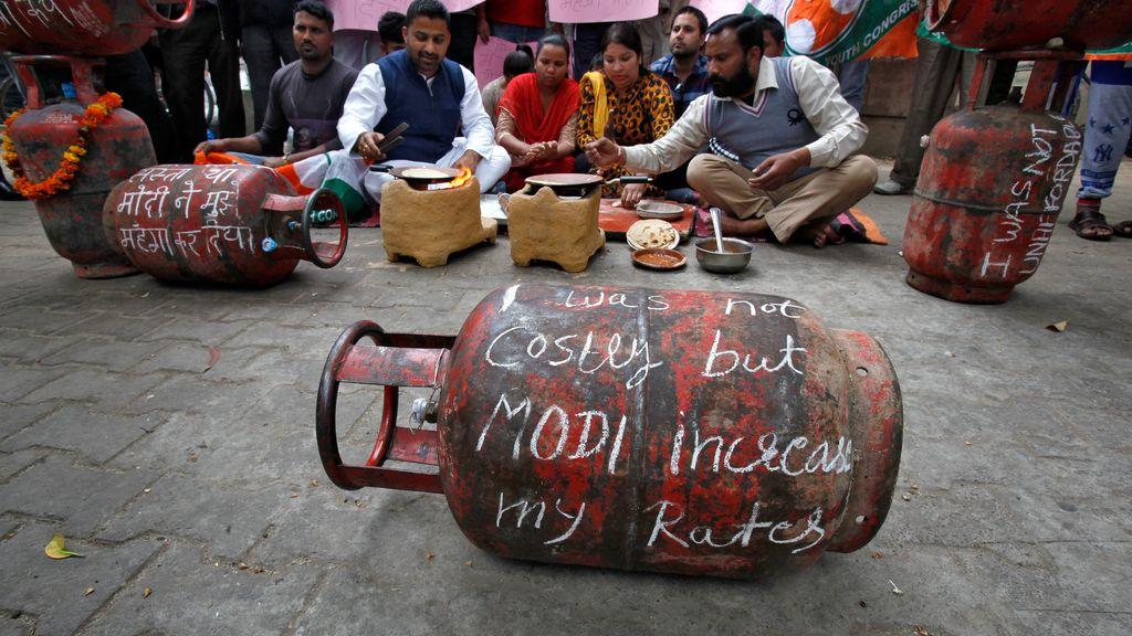Protesta en India contra el aumento del precio del gas en India