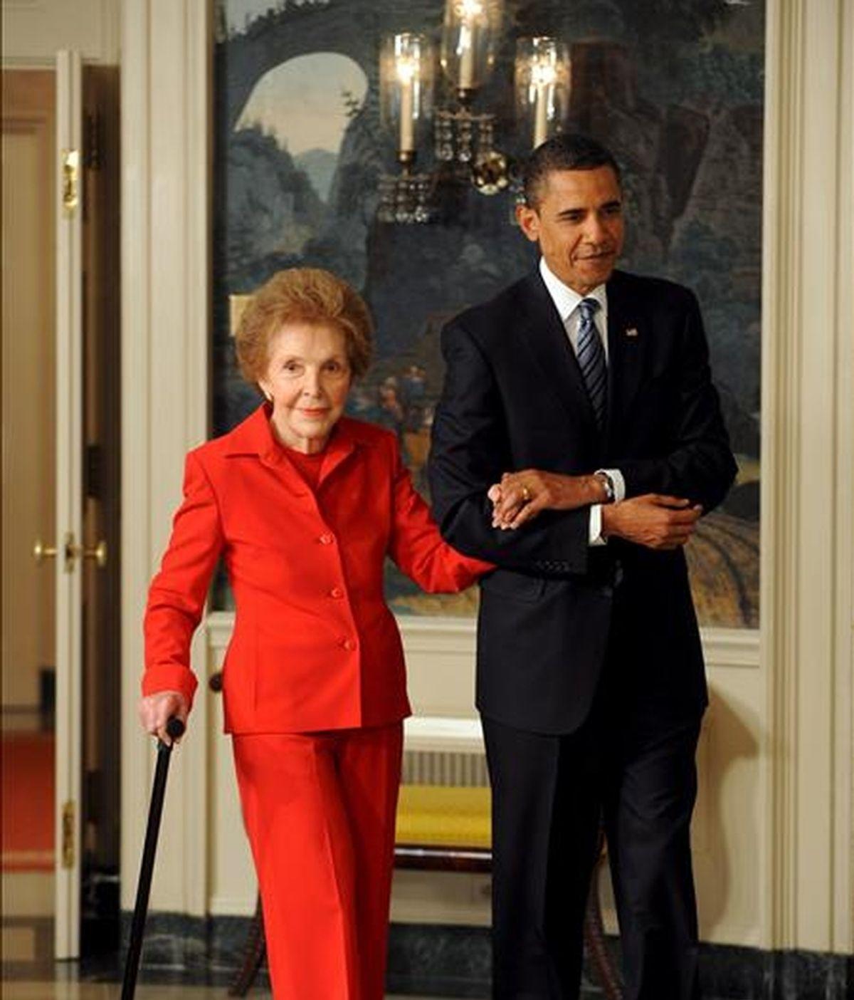 El presidente de Estados Unidos, Barack Obama (d), junto a la ex primera dama del país Nacncy Reagan (i) antes de la firma del Acta Centenaria de la Comisión Ronald Reagan. Vídeo ATLAS