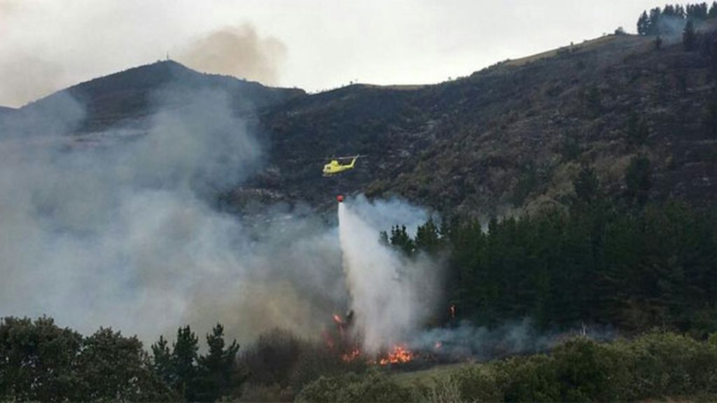 Cortan la autovía Santander-Torrelavega por uno de los 29 incendios activos