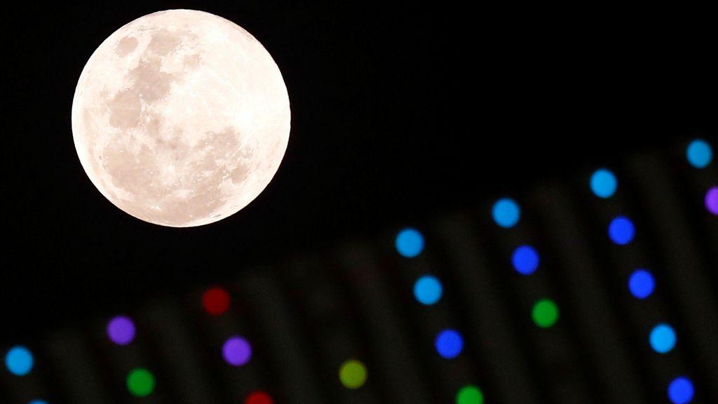 La luna sobre un estadio durante un partido de la Liga Africana