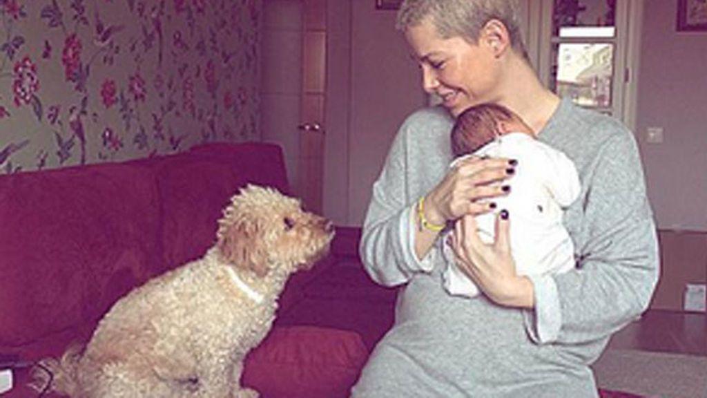 El primer acercamiento entre la bebé de Soraya Arnelas y su perro Bowie, paso a paso