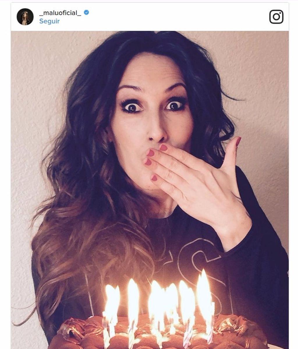 """Con una """"#ExplosiónDeVelas, #Deseos"""" y tarta de tiramisú: el 'cumple' de Malú"""