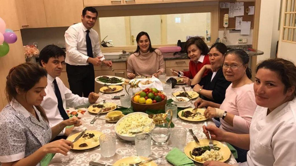 Con el personal de casa y 'soplando' bengalas: Tamara Falcó celebra sus 35