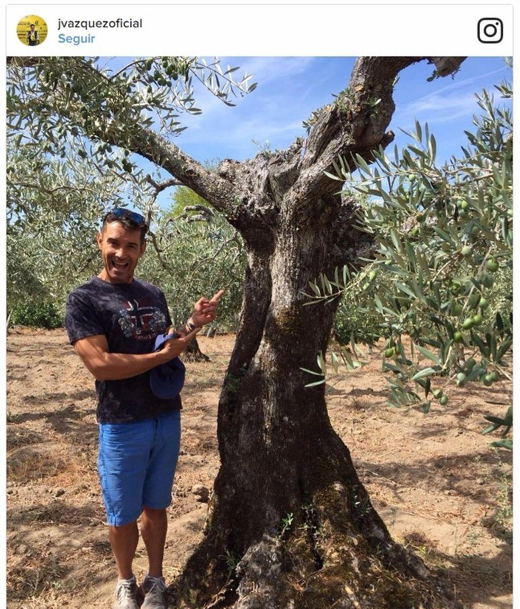 ¡Jesús Vázquez cumple 51 (aunque no lo parezca)! ¡Y sus suegros le regalan un olivo!