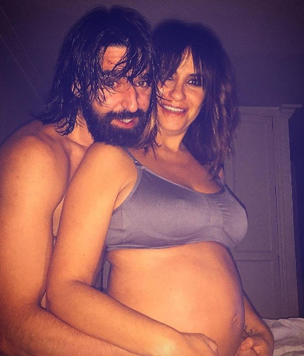 """Melani Olivares, sexy posado premamá con el padre de su hijo@: """"Anidas dentro de mí"""""""