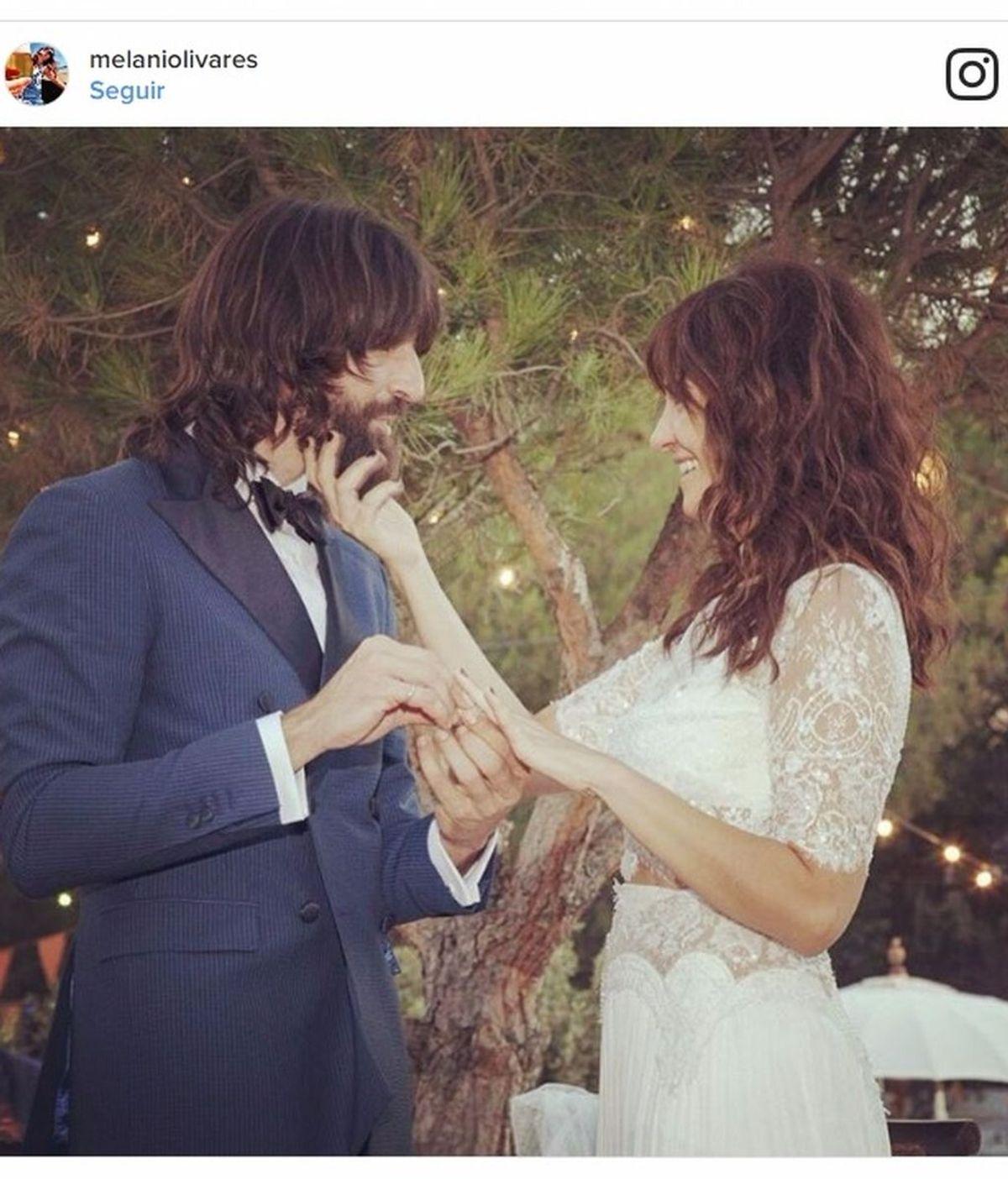 Estilo hippie-chic y mucha complicidad: Melani Olivares comparte foto de su boda