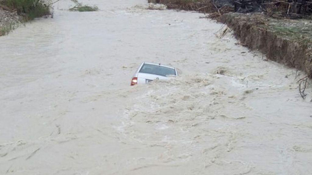 Rescatan a un hombre a punto de ahogarse en su vehículo en un río de Cocentaina
