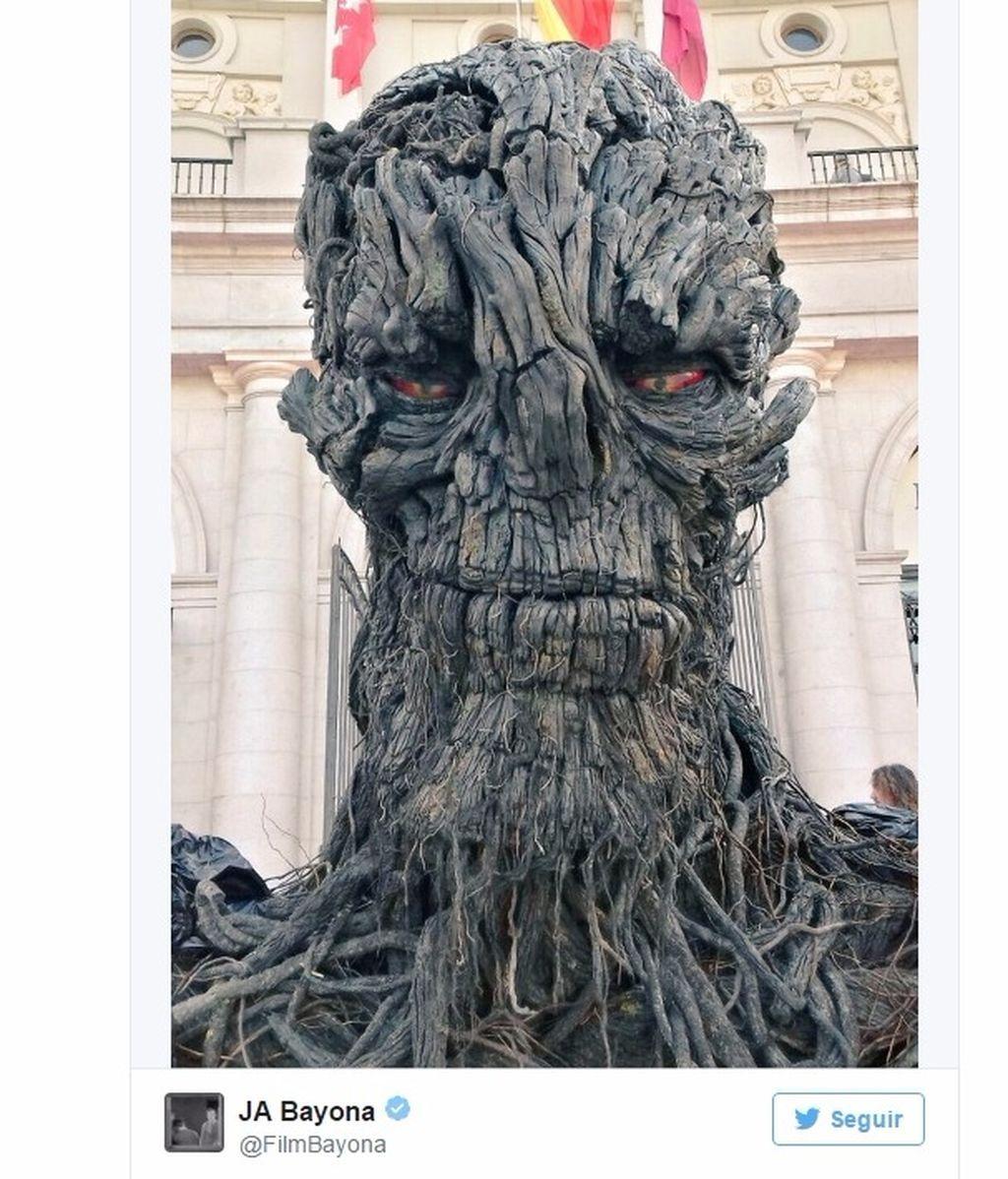 ¡El monstruo de Bayona ya está preparado para el preestreno de esta noche!