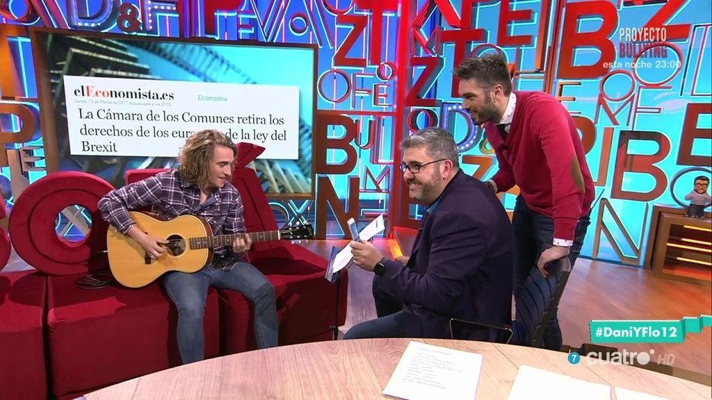 Manel Navarro canta el once titular del Sabadell acompañado de su guitarra