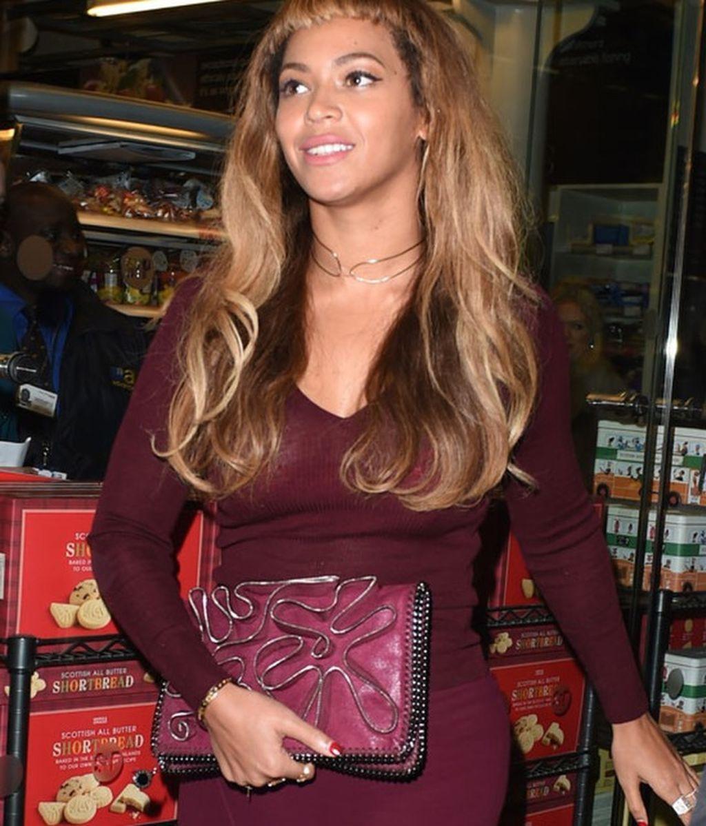 Beyoncé impacta con su flequillo 'hachazo style' a su llegada a Londres