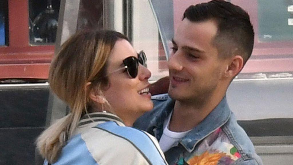 Ya no se econde, Suarez y busqued, se besan y abrazan por las calles de Málaga