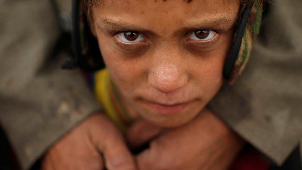 Un niño iraquí a las puertas del campamento Hammam al-Alil