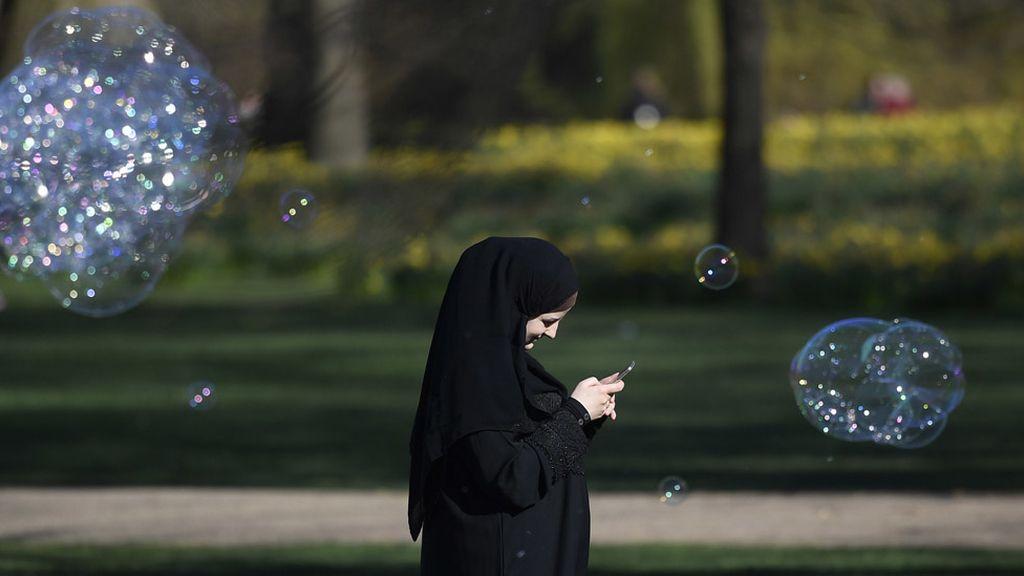 Una mujer con velo paseando por Londres