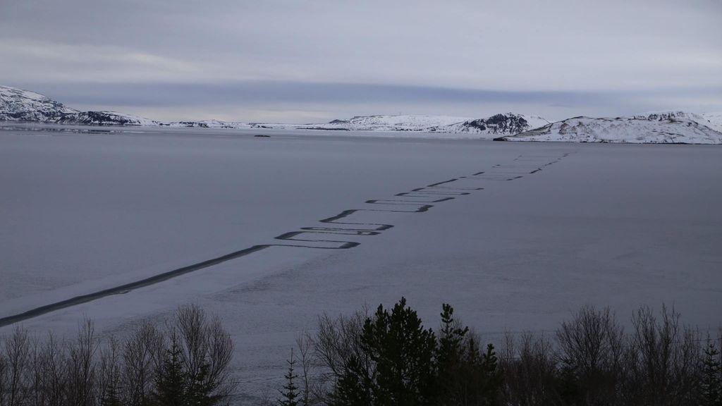 Misteriosas líneas surcan las heladas aguas de un lago en Islandia