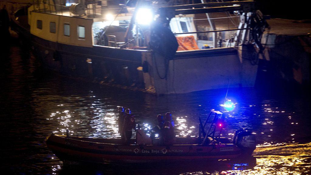 Continúa la búsqueda de los dos pescadores que desaparecieron en la tarde ayer en el puerto de Barcelona.