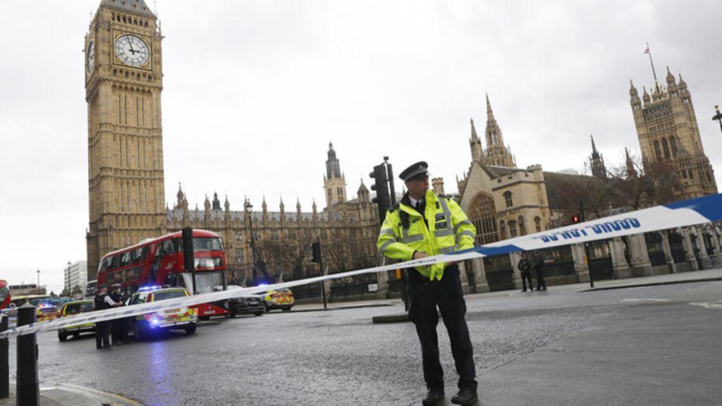 Un policía vigila en las inmediaciones del Parlamento británico