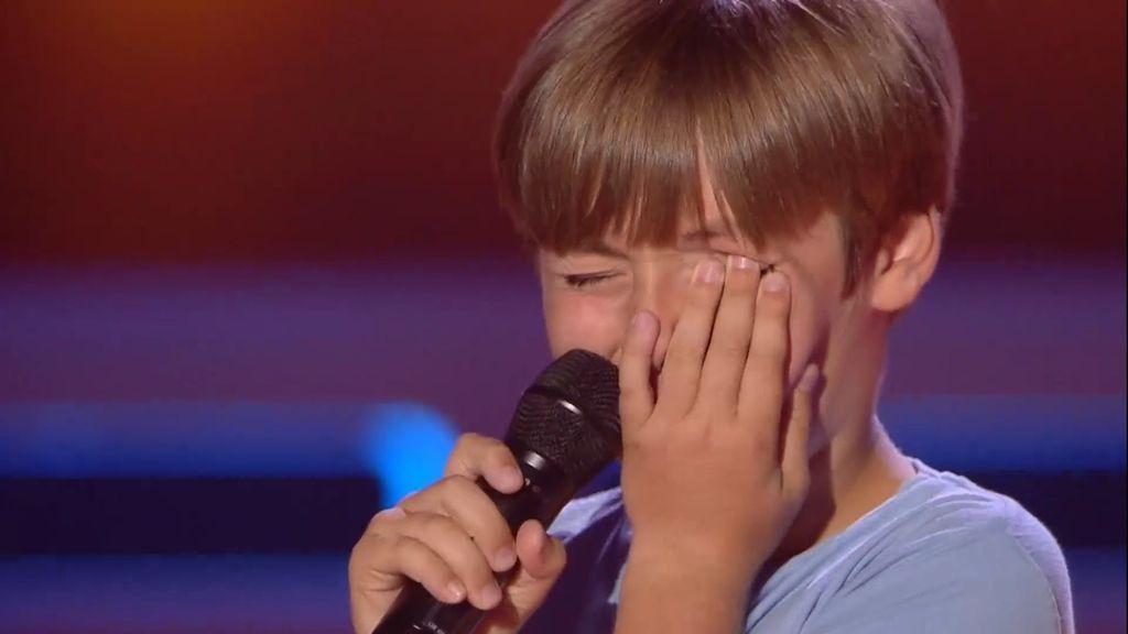 Miguel Ángel no puede controlar la emoción y se olvida de la letra de la canción