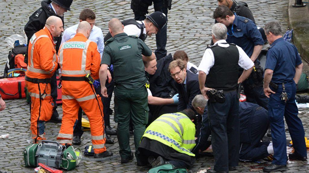 Tobías Ellwood atiende al policía muerto en el atentado de Londres