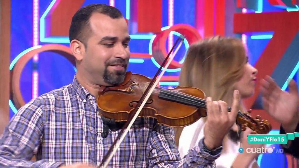 El violinista viral del Despacito nos pone a todos a bailar en 'Dani&Flo' 🎻