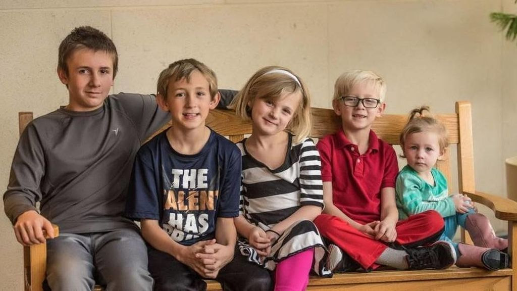Cinco hermanos que querían ser adoptados juntos eligen entre 1.300 familias