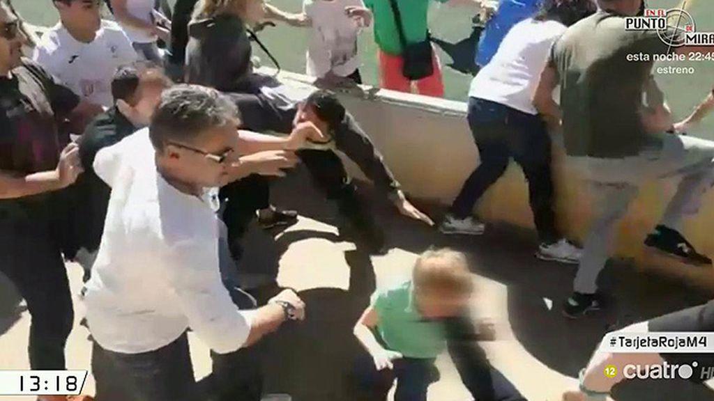 Monumental pelea de unos padres durante el partido de fútbol de sus hijos